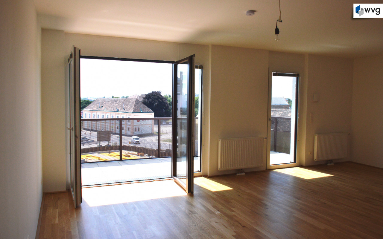 helle Wohnküche mit großem, südseitigem Balkon